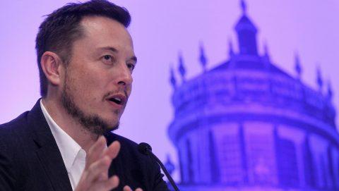 Guadalajara, 2016. szeptember 28. Elon Musk dél-afrikai fizikus és feltaláló, a SpaceX (Space Exploration Technologies Corp.) amerikai ûrkutatási vállalat, illetve az elektromos autókat gyártó Tesla Motors vezérigazgatója és fõtervezõje beszél a 67. Nemzetközi Ûrkutatási Kongresszuson a közép-mexikói Guadalajarában 2016. szeptember 27-én. Musk egy olyan személyszállító ûrhajó építésére vonatkozó terveit ismertette a hallgatósággal, amellyel földi telepesek a Marsra utazhatnának 40-100 éven belül, hogy az emberi faj megvethesse a lábát a vörös bolygón. (MTI/EPA/Ulises Ruiz Basurto)
