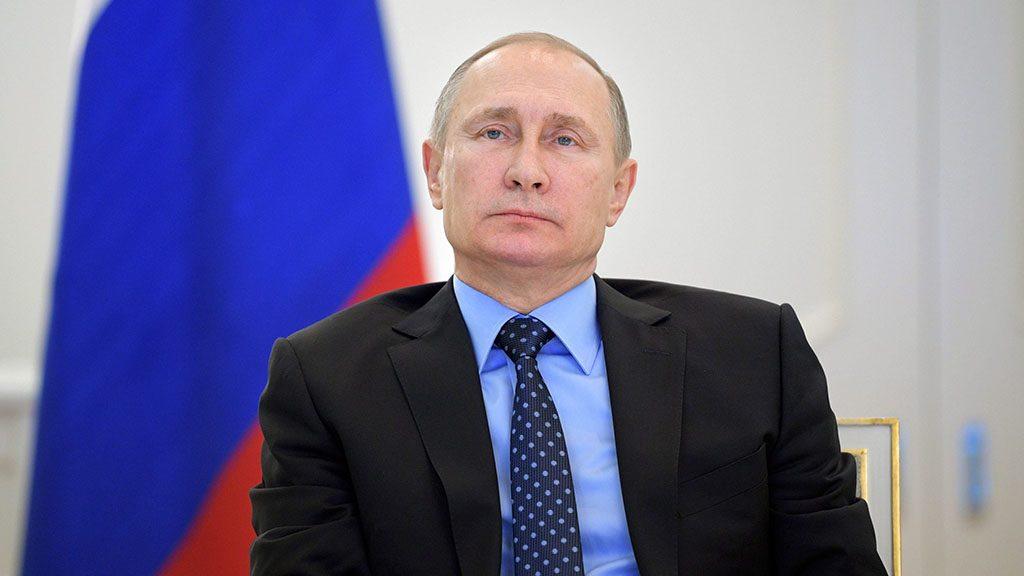 Moszkva, 2016. december 27.Vlagyimir Putyin orosz elnök az Oroszország által Ukrajnától elcsatolt Krímbe földgázt szállító vezeték ünnepélyes megnyitását nézi televíziós közvetítésen a moszkvai Kremlben 2016. december 27-én. (MTI/EPA/Szputnyik pool/Orosz elnöki sajtószolgálat/Alekszej Druzsinyin)