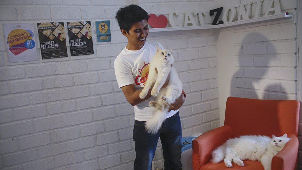 Damansara, 2017. február 8.Az egyik macskatulajdonos, Mohammad Syahir Zainal kezében cicájával a malajziai Damansarában lévő Catzonia macskahotelben 2017. február 7-én. A tulajdonosok három órától egy évig foglalhatnak szobát házikedvencüknek az ötcsillagos, 35 szobás macskahotelben, ahol 24 órás felügyeletet, ellátást és játékos foglalkozást biztosítanak számukra. (MTI/EPA/Fazry Ismail)