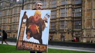 London, 2017. február 8. Kaya Mar uniópárti mûvész Donald Trump amerikai elnök és II. Erzsébet brit uralkodó gúnyfiguráját ábrázoló festménnyel tüntet Londonban 2017. február 8-án. Ezen a napon a londoni alsóház végszavazást tart a brit EU-tagság megszûnési folyamatának elindításához szükséges törvénytervezet módosító indítványairól. A szigetország lakossága 2016. június 23-án népszavazáson döntött az ország kiválásáról az Európai Unióból. (MTI/EPA/Andy Rain)