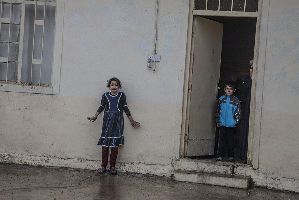 Moszul, 2017. február 13.A World Press Photo (WPP) által közreadott képen az iraki hadsereg különleges erőinek katonái az Iszlám Állam dzsihadista terrorszervezet fegyveresei után kutatva lakóházakat fésülnek át az irakikormányerők által ostromlott Moszulban 2016. november 2-án. Laurent Van der Stockt, a Getty Reportage fotóriportere a Le Monde francia napilap számára készített, Moszul ostroma című képével első díjat nyert az általános hírkép egyedi kategóriában a World Press Photo nemzetközi sajtófotóversenyen 2017. február 13-án. (MTI/EPA/Getty Reportage/Le Monde/Laurent Van der Stockt)MEGJEGYZÉS:A kép nem archiválható, csak egyszer, változtatás nélkül, kizárólag a World Press Photo versenyével vagy kiállításával kapcsolatosan közölhető!