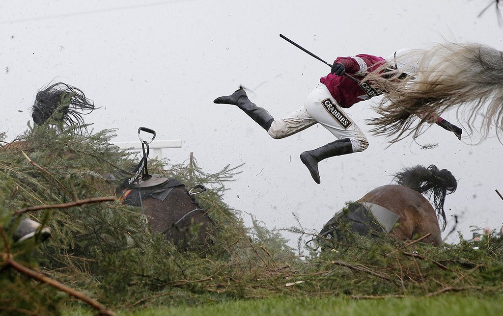 Liverpool, 2017. február 13.A World Press Photo (WPP) által közreadott képen Nina Carberry zsóké kirepül lova, Sir Des Champs nyergéből egy liverpooli akadályverseny szék nevű kerítésénél 2016. április 9-én. Tom Jenkins, a The Guardian című brit napilap fotóriportere a Nagy országos akadályverseny című képével első díjat nyert a sportkép egyedi kategóriában a World Press Photo nemzetközi sajtófotóversenyen 2017. február 13-án. (MTI/EPA/The Guardian/WPP/Tom Jenkins) MEGJEGYZÉS:A kép nem archiválható, csak egyszer, változtatás nélkül, kizárólag a World Press Photo versenyével vagy kiállításával kapcsolatosan közölhető!