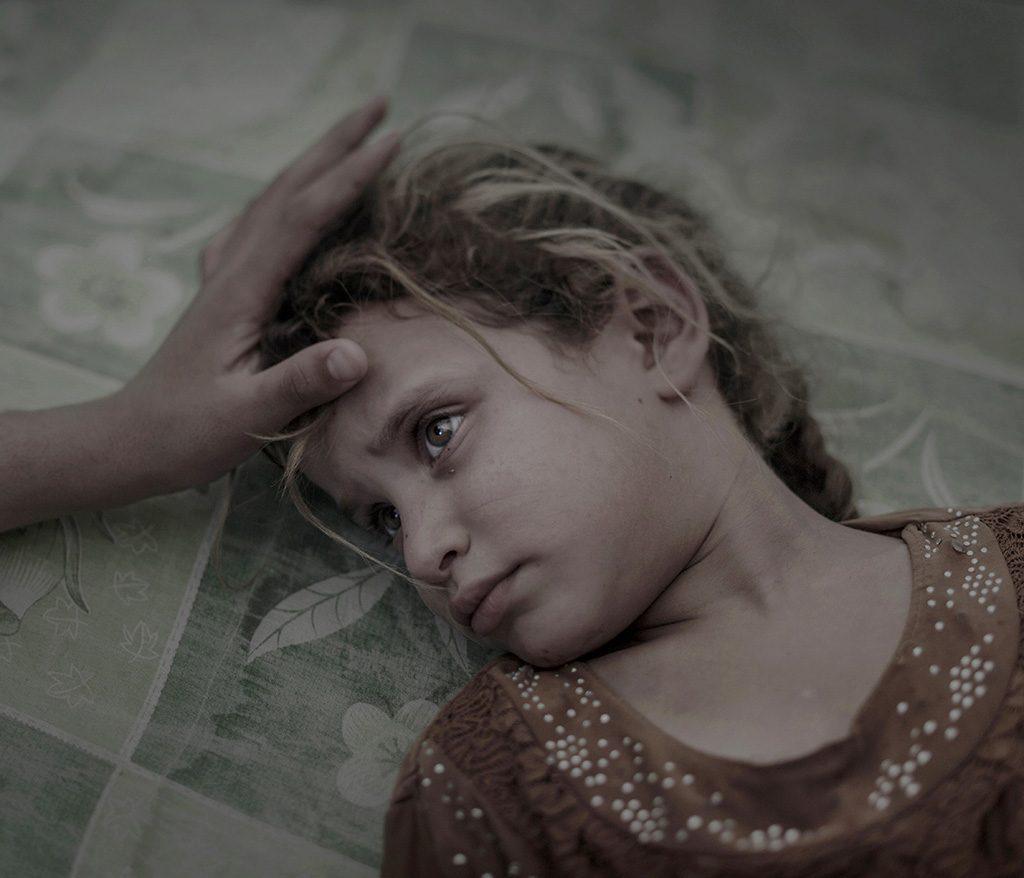 Debaga, 2017. február 13.A World Press Photo (WPP) által közreadott képen egy ötéves iraki kislány, Maha egy koszos matracon fekszik a debagai menekülttáborban 2016. szeptember18-án, miután családjával elmenekült az iraki kormányerők ostromolta Moszul közelében lévő Havidzsa faluból. Magnus Wennman, az Aftonbladet svéd napilap fotóriportere az Ami az Iszlám Állam után maradt című képpel első díjat nyert az emberek egyedi kategóriában a World Press Photo nemzetközi sajtófotóversenyen 2017. február 13-án. (MTI/EPA/WPP/Aftonbladet/Magnus Wennman)MEGJEGYZÉS:A kép nem archiválható, csak egyszer, változtatás nélkül, kizárólag a World Press Photo versenyével vagy kiállításával kapcsolatosan közölhető!
