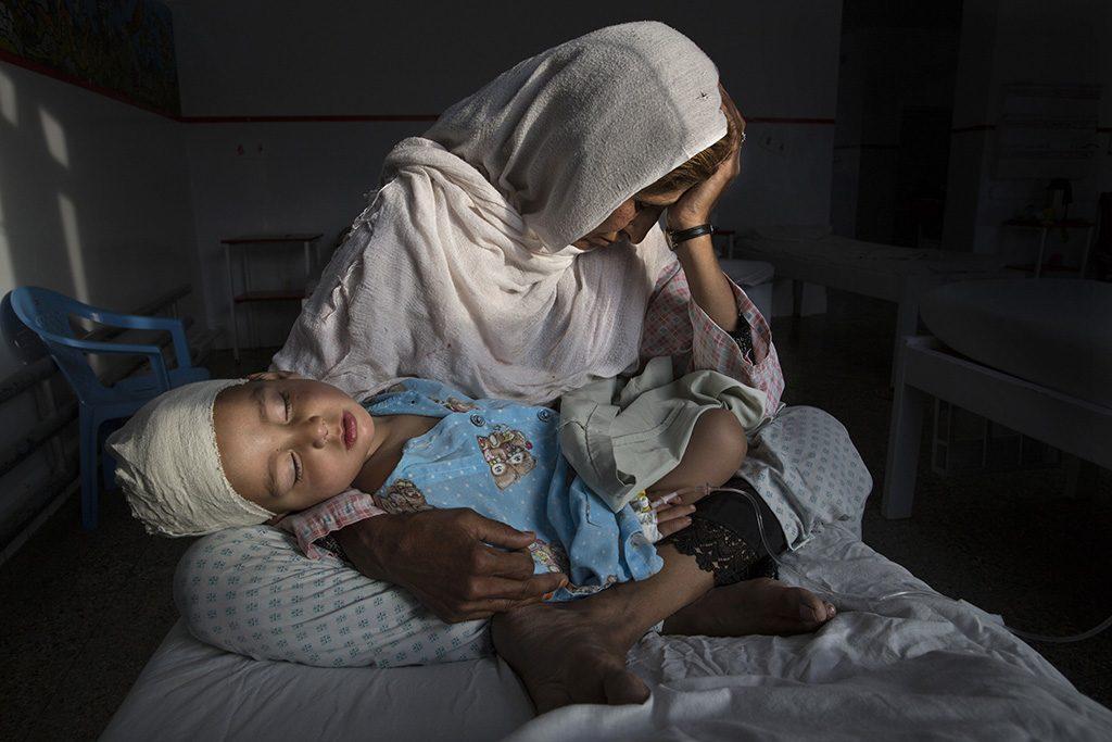 Kabul, 2017. február 13.A World Press Photo (WPP) által közreadott képen Nadzsiba, egy afgán asszony pokolgéprobbanásban megsebesült kétéves unokaöccsét, Sabirt tartja ölében Kabulban 2016. március 29-én. Paula Bronstein, a Time Lightbox fotóriportere az Egy elfeledett háború csendes áldozatai című képével első díjat nyert a napi élet egyedi kategóriában a World Press Photo nemzetközi sajtófotóversenyen 2017. február 13-án. (MTI/EPA/WPP/Pulitzer Center For Crisis Reporting/Paula Bronstein)MEGJEGYZÉS:A kép nem archiválható, csak egyszer, változtatás nélkül, kizárólag a World Press Photo versenyével vagy kiállításával kapcsolatosan közölhető!