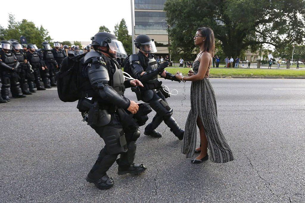 Louisiana, 2017. február 13.A World Press Photo (WPP) által közreadott képen Ieshia Evans magányos tüntető szilárdan állva nyújtja kezét őrizetbe vételre rohamrendőröknek egy rendőri brutalitás ellen tartott tiltakozáson a louisianai Baton Rouge rendőrkapitánysága előtt 2016. július 9-én. Jonathan Bachman, a Reuters fotóriportere a Baton Rouge-i állásfoglalás című képével első díjat nyert a kortárs témák egyedi kategóriában a World Press Photo nemzetközi sajtófotóversenyen 2017. február 13-án. (MTI/EPA/WPP/Reuters/Jonathan Bachman)MEGJEGYZÉS:A kép nem archiválható, csak egyszer, változtatás nélkül, kizárólag a World Press Photo versenyével vagy kiállításával kapcsolatosan közölhető!