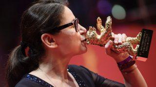 Berlin, 2017. február 18. Enyedi Ildikó a legjobb filmnek járó Arany Medve díjjal a 67. Berlini Nemzetközi Filmfesztivál díjkiosztó ünnepségén 2017. február 18-án. Enyedi a Testről és lélekről című alkotásáért részesült az elismerésben. (MTI/EPA/Clemens Bilan)