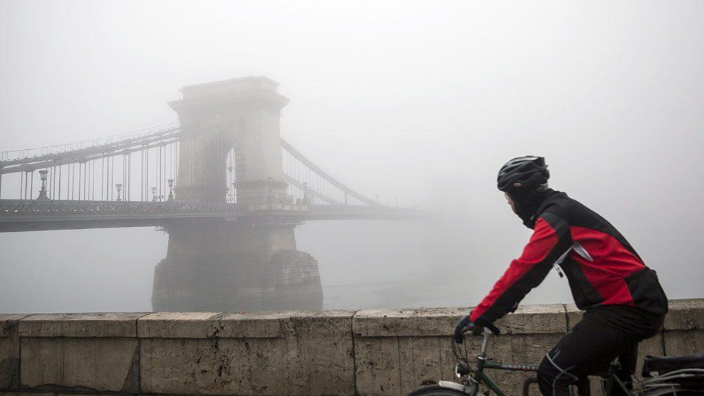 Budapest, 2016. január 11.Kerékpáros halad a ködbe burkolózó Lánchíd mellett Budapesten 2016. január 11-én.MTI Fotó: Mohai Balázs