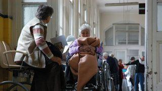Budapest, 2007. szeptember 11.Vizsgálatra váró betegek a Budai Irgalmasrendi Kórházban.MTI Fotó: Honéczy Barnabás