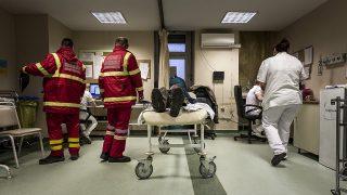 Budapest, 2017. január 31.Mentők egy beteget hoznak a VIII. kerületi Fiumei úti Péterfy Sándor utcai Kórház - Rendelőintézet és Baleseti Központba 2017. január 31-én. Ezen a napon a fővárosra hullott ónos eső miatt húsz százalékkal megnőtt a balesetben megsérültek száma.MTI Fotó: Szigetváry Zsolt