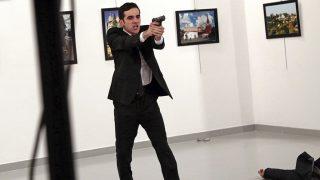Ankara, 2017. február 13.2016. december 19-én készített kép, amelyen Mevlüt Mert Altintas szolgálaton kívüli török rendőr kiabál áldozatának holtteste mellett, miután lelőtte Andrej Karlov törökországi orosz nagykövetet egy ankarai galériában rendezett fotókiállítás megnyitóünnepségén. Karlov belehalt sérüléseibe, a merénylőt agyonlőtték. A kép annak a sorozatnak is része, amellyel Burhan Ozbilici, az Associated Press fotóriportere elnyerte a hírkép sorozat kategória első díját a World Press Photo nemzetközi sajtófotóversenyen 2017. február 13-án. (MTI/AP/Burhan Ozbilici)