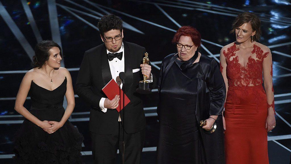 Los Angeles, 2017. február 27.Deák Kristóf rendező (b2) és Udvardy Anna producer (j2) átveszi a legjobb rövidfilmnek járó díjat a Mindenki című alkotásukért Szamosi Zsófia színésznő, a film főszereplője (j) és Nina Kov koreográfus, Deák Kristóf felesége társaságában a 89. Oscar-gálán a Los Angeles-i Dolby Színházban 2017. február 26-án. (MTI/AP/Invision/Chris Pizzello)