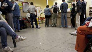 Budapest, 2011. augusztus 1.Álláskeresők várakoznak a Budapest Főváros Kormányhivatala Munkaügyi Központjának Baross utcai kirendeltségében. A Központi Statisztikai Hivatal (KSH) közlése szerint a munkanélküliségi ráta 2011. második negyedévében az első negyedévi 11,6 százalékról és az egy évvel korábbi 11,1 százalékról 10,8 százalékra csökkent.MTI Fotó: Szigetváry Zsolt