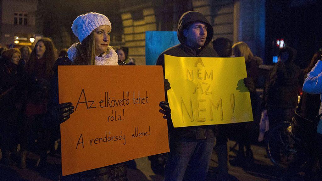Budapest, 2014. november 30.Résztvevők a budapesti Kossuth téren A NEM az NEM! elnevezésű demonstráción, amelyen a nők elleni erőszak, valamint a nemi erőszak áldozatait hibáztató rendőrségi videokampány ellen, és az isztambuli egyezmény ratifikálásáért tüntettek 2014. november 30-án.MTI Fotó: Kallos Bea