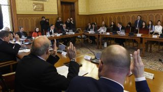 Budapest, 2017. február 15. A napirendrõl szavaznak a képviselõk az Országgyûlés gazdasági bizottsága ülésén 2017. február 15-én. Nem jelentek meg az ülésen Medgyessy Péter, Gyurcsány Ferenc és Bajnai Gordon volt miniszterelnökök, valamint Demszky Gábor, Budapest korábbi fõpolgármestere, akiket a testület az Európai Csalás Elleni Hivatalnak (OLAF) a 4-es metró beruházásáról szóló jelentésérõl hallgatott volna meg. MTI Fotó: Kovács Tamás