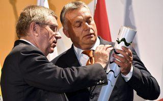 Rio de Janeiro, 2016. augusztus 20.Thomas Bach, a Nemzetközi Olimpiai Bizottság elnöke (b) egy olimpiai fáklyát ajándékoz Orbán Viktor miniszterelnöknek az államalapítás ünnepe alkalmából rendezett ünnepségen a riói Magyar Házban 2016. augusztus 19-én.MTI Fotó: Illyés Tibor