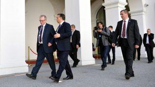Pozsony, 2012. október 5.Orbán Viktor miniszterelnök (b2) és Gottfried Péter, a kormányfő külpolitikai főtanácsadója (b) távoznak a felzárkóztatási politika folytatásában érdekelt 15 uniós tagországot tömörítő, a Kohézió barátai elnevezésű csoport véget ért csúcstalálkozójáról, a pozsonyi várban 2012. október 5-én. A háttérben Burger Barna fotográfus, Orbán Viktor személyi fotósa (b4).MTI Fotó: Beliczay László