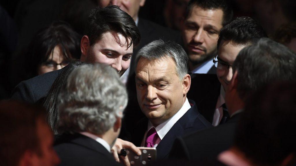 Budapest, 2017. február 10. Orbán Viktor miniszterelnök (k) hagyományos évértékelõ beszéde után a Várkert Bazárban 2017. február 10-én. MTI Fotó: Koszticsák Szilárd