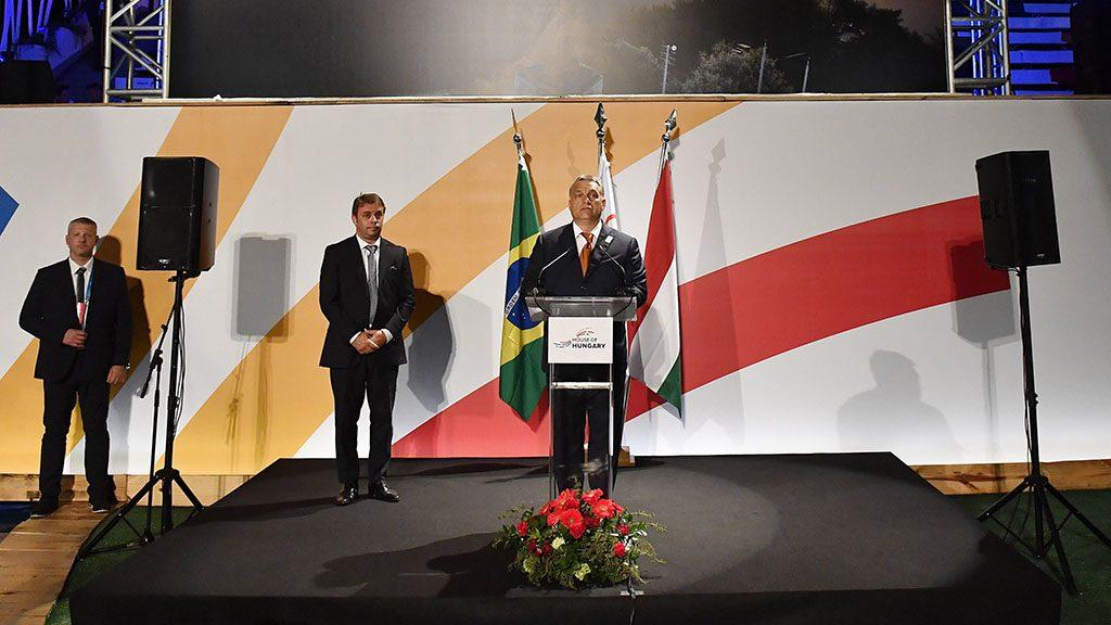 Rio de Janeiro, 2016. augusztus 20.Orbán Viktor miniszterelnök (k) beszédet mond az államalapítás ünnepe alkalmából rendezett ünnepségen a riói Magyar Házban 2016. augusztus 19-én. Jobbról Schmitt Pál volt köztársasági elnök, a Nemzetközi Olimpiai Bizottság (NOB) tagja (j) és Thomas Bach, a NOB elnöke.MTI Fotó: Illyés Tibor