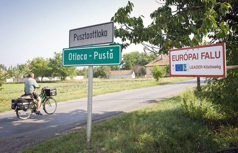 Pusztaottlaka, 2011. szeptember 23.Egy postás halad kerékpárral Pusztaottlakán, ahol a 2001-es népszámláláskor a település lakóinak 22%-a román nemzetiségűnek vallotta magát. A falu a mezőkovácsházi kistérséghez tartozik, amely Békés megye délkeleti részén, a magyar-román országhatár mentén 18 települést foglal magába. Az elmúlt tíz évben Magyarországon ez a kistérség szenvedte el a legnagyobb népességfogyást: 2001-ben 46 546, 2011-ben pedig 38 828 lakosa volt a KSH adatai alapján. MTI Fotó: Rosta Tibor