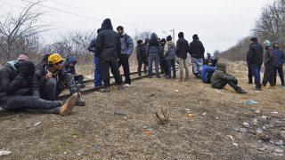 Szabadka, 2017. február 21.Migránsok várakoznak a vajdasági Szabadka külterületén az újvidéki vasútvonalnál 2017. február 21-én. Az észak-bácskai város mellett több száz migráns szeretne a zöldhatáron át Magyarországra jutni.MTI Fotó: Kelemen Zoltán Gergely