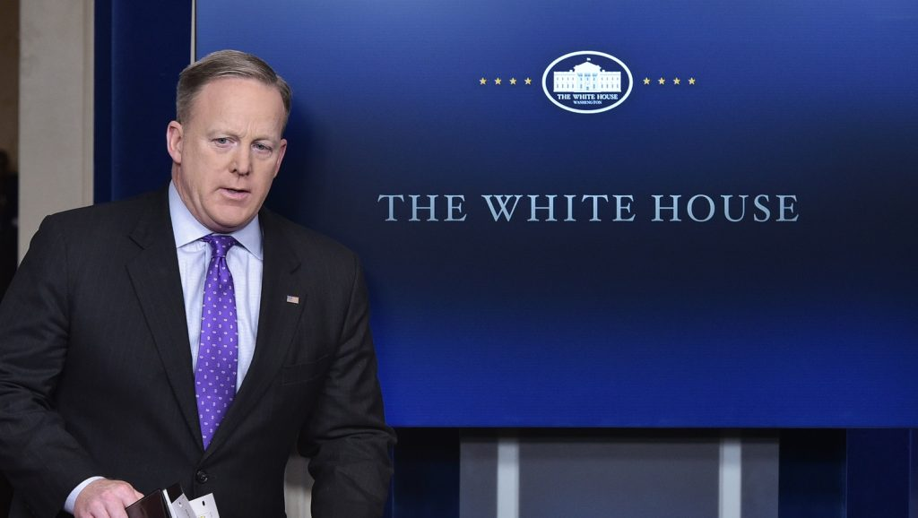 White House Press Secretary Sean Spicer arrives to speak during the daily briefing in the Brady Briefing Room of the White House on February 8, 2017 in Washington, DC. / AFP PHOTO / Mandel Ngan