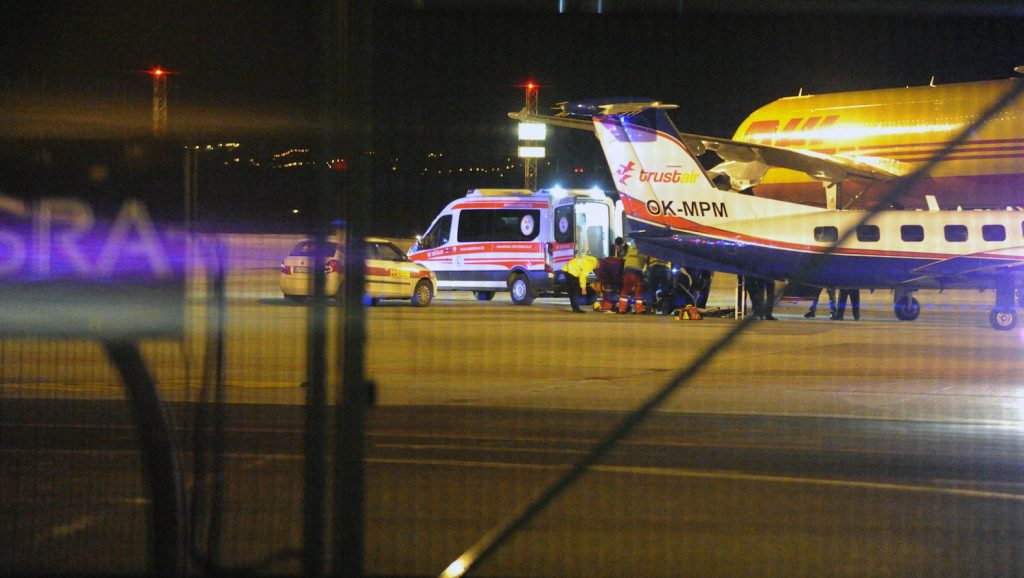 Budapest, 2017. február 24. A repülőgéptől egy mentőautóhoz tolják az olaszországi buszbaleset eddig Veronában ápolt, utolsóként hazahozott sérültjét a Liszt Ferenc-repülőtéren 2017. február 24-én. MTI Fotó: Mihádák Zoltán