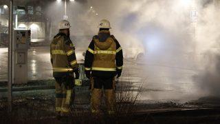 Stockholm, 2017. február 21. Tûzoltók a Stockholm Rinkeby nevû, többségében bevándorlók lakta városnegyedében történt zavargások helyszínén 2017. február 21-én. Az éjszaka folyamán fiatal randalírozók autókat gyújtottak fel, üzleteket fosztottak ki és kövekkel hajigálták a rendõröket, miután a hatóságok õrizetbe vettek valakit a környéken kábítószerrel kapcsolatos bûncselekmények gyanújával. (MTI/EPA/Christine Olsson)