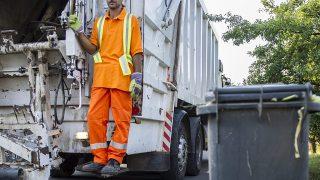 Orosháza, 2013. augusztus 8.Rafael István, az Orosházi Városüzemeltetési és Szolgáltató Zrt. dolgozója áll egy Mercedes 2531 típusú szemétszállító lépcsőjén Orosháza belvárosában 2013. augusztus 8-án.MTI Fotó: Rosta Tibor