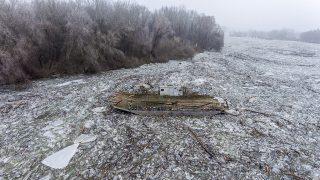 Tiszafüred, 2017. február 15.A drónnal készült felvételen a jégzajlásban sodródó tiszacsegei komp a Tiszafüredhez tartozó Tiszaörvénynél 2017. február 15-én. A jégtorlasz lassan halad lefelé a folyón, harmadfokú árvízvédelmi készültség van a Tisza bal partján Tiszafüred és Tiszakeszi között, valamint a Tisza-tó menti védvonalakon.MTI Fotó: Ruzsa István