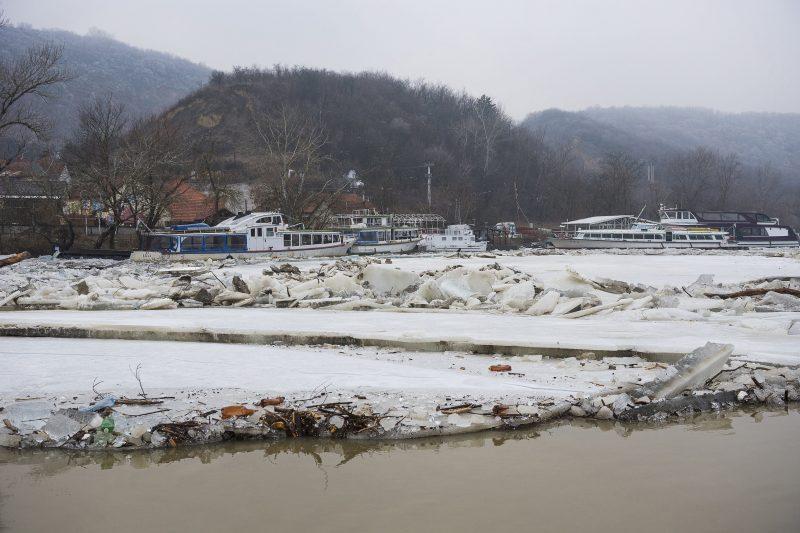 Tokaj, 2017. február 12. Összetorlódott, sérült sétahajók a Bodrogon Tokajnál, a kikötõben 2017. február 12-én. A Tiszán levonuló jeges ár az éjjel a Tiszáról tolta fel egy kilométer hosszan a Bodrogba az ott kikötött kishajókat és sétahajókat. MTI Fotó: Balázs Attila