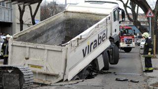Budapest, 2017. február 28. Tûzoltók dolgoznak egy teherautó mûszaki mentésén a XIII. kerületi Klapka utcában 2017. február 28-án, miután a jármû alatt beszakadt az úttest. Az aszfalt hét méter hosszan, három méter szélesen és három méter mélyen szakadt be a földet szállító, négytengelyes, 30 tonnás teherautó alatt. Az esetnél senki nem sérült meg. MTI Fotó: Mihádák Zoltán
