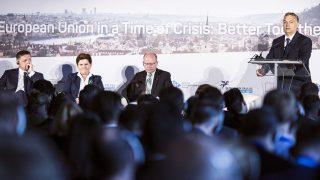 Prága, 2016. június 8.A Miniszterelnöki Sajtóiroda által közreadott képen Orbán Viktor miniszterelnök (j) beszél a visegrádi négyek (V4) országai kormányfői találkozója panelbeszélgetésén Prágában, a Lobkowitz-palotában 2016. június 8-án. Az asztalnál Robert Fico szlovák, Beata Szydlo lengyel és Bohuslav Sobotka cseh miniszterelnök (b-j).MTI Fotó: Miniszterelnöki Sajtóiroda / Szecsődi Balázs