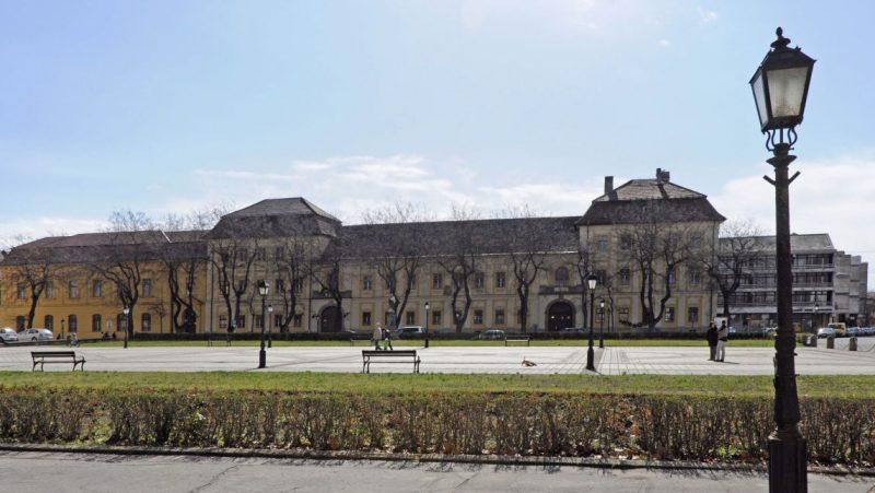 Vác, 2013. április 13. Az Apor Vilmos Katolikus Fõiskola 1777-1783 között barokk stílusban épült épületete a Konstantin téren. MTVA/Bizományosi: Lehotka László  *************************** Kedves Felhasználó! Az Ön által most kiválasztott fénykép nem képezi az MTI fotókiadásának, valamint az MTVA fotóarchívumának szerves részét. A kép tartalmáért és a szövegért a fotó készítõje vállalja a felelõsséget.