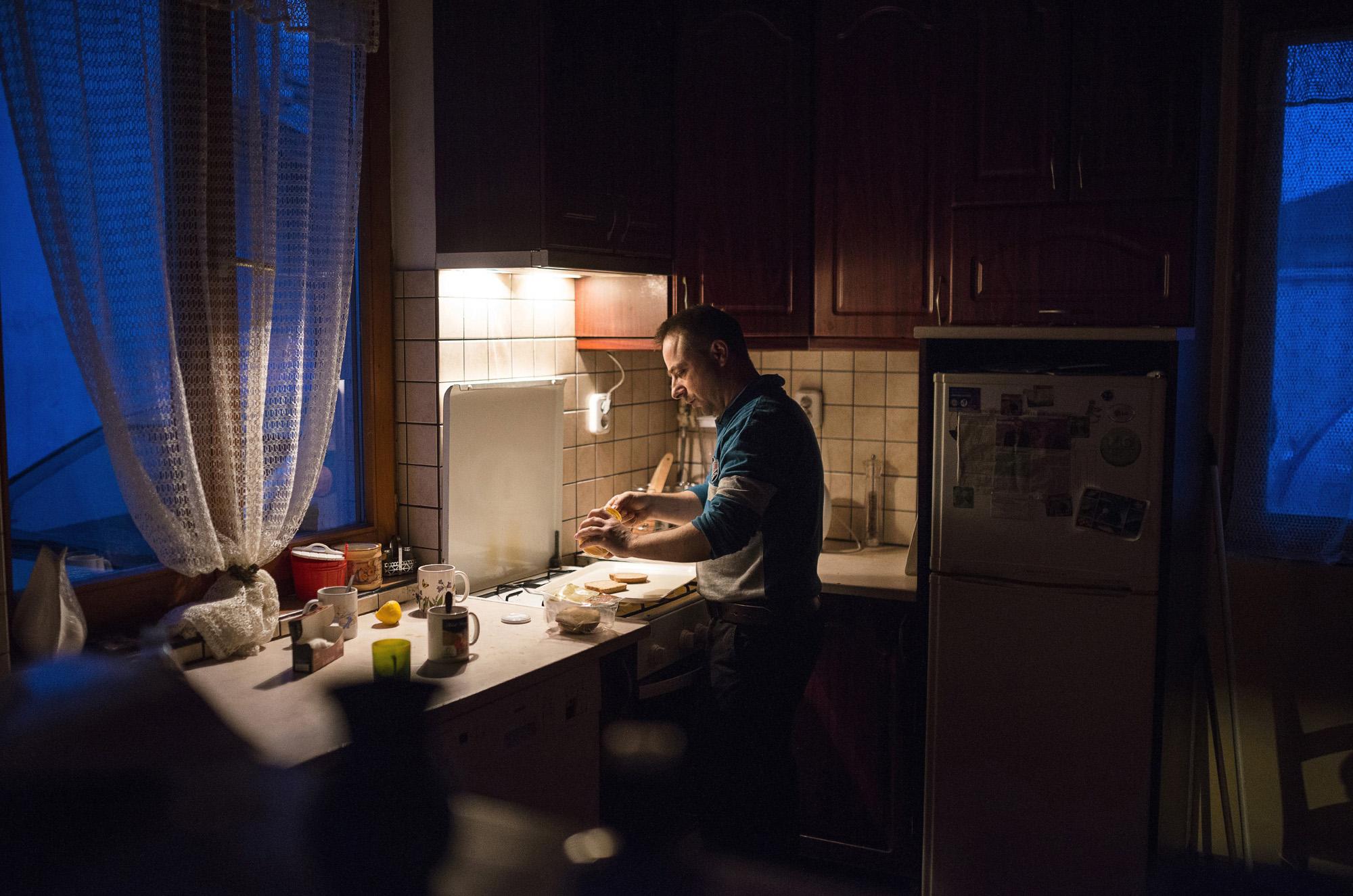 Nyíregyháza, 2017. március 30.Farkas Árpád gluténmentes kenyérből reggelit készíti autizmus spektrumzavarral élő lányának, Farkas Laurának nyíregyházi otthonukban 2017. március 8-án. Az állandó felügyeletet igénylő gyermek nevelésének nehézségei miatt a család felbomlott, a szülők elváltak. A két gyermekét egyedül nevelő Farkas Árpád korábban jól működő vállalkozásaira nem tudott elég időt fordítani, így az egykor jó körülmények között élő család anyagi helyzete megváltozott. A férfi alapító elnöke az autista gyerekek szülői szervezetének, a 2014 tavaszán bejegyzett Most Élsz Egyesületnek, amely folyamatosan keresi a gyógyítás újabb és újabb lehetőségeit.MTI Fotó: Balázs Attila