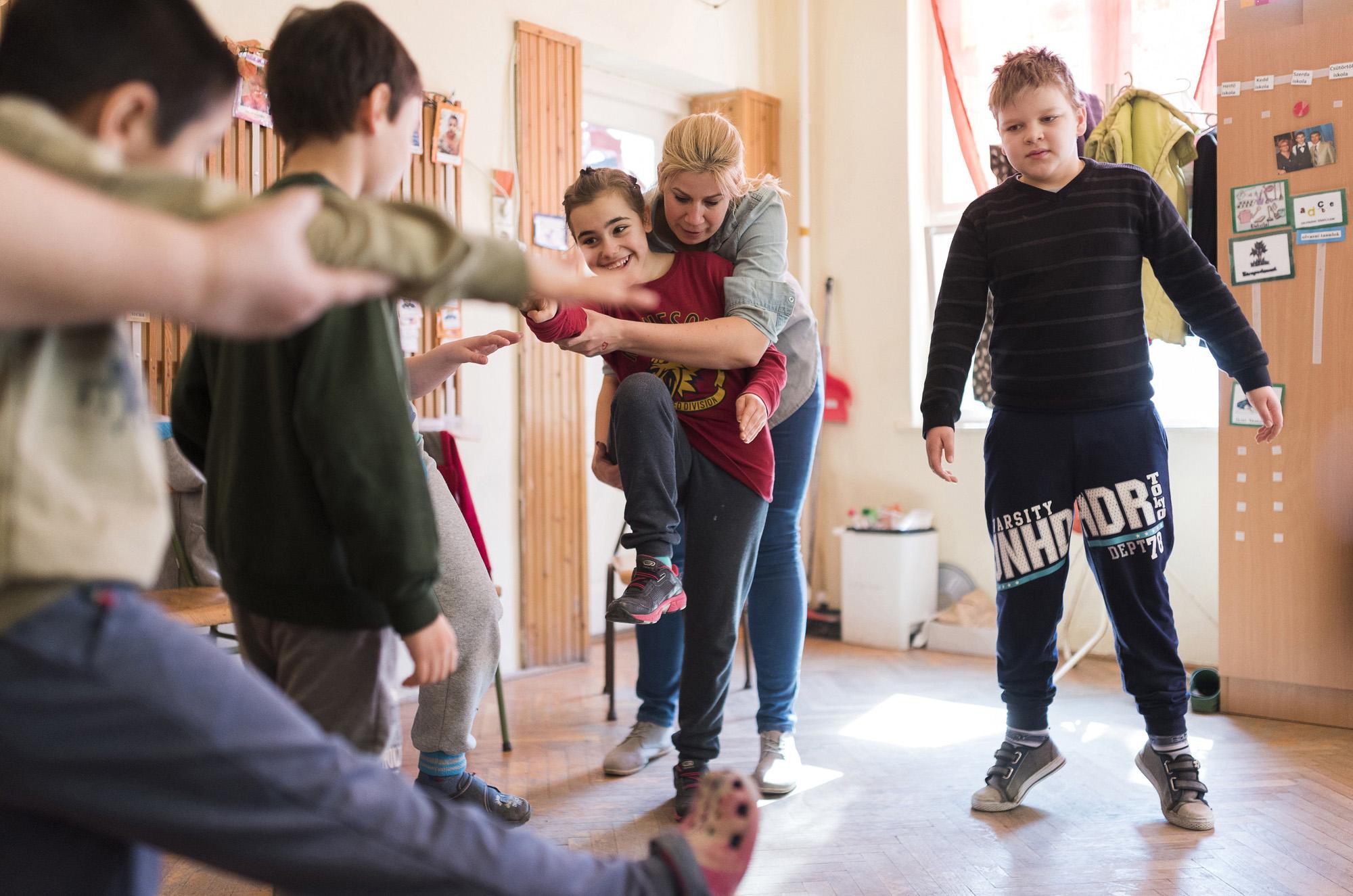 Nyíregyháza, 2017. március 30.Az autizmus spektrumzavarral élő Farkas Laura (k) fejlesztő foglalkozáson vesz részt csoporttársaival Rácz Eszter osztályfőnök, gyógypedagógus irányítása mellett a Nyíregyházi Bárczi Gusztáv Általános Iskola,Készségfejlesztő Iskola,Kollégium és Egységes Gyógypedagógiai Módszertani Intézmény II. számú speciális autista csoportjában 2017. március 22-én. Az állandó felügyeletet igénylő gyermek nevelésének nehézségei miatt a család felbomlott, a szülők elváltak. A két gyermekét egyedül nevelő Farkas Árpád korábban jól működő vállalkozásaira nem tudott elég időt fordítani, így az egykor jó körülmények között élő család anyagi helyzete megváltozott. A férfi alapító elnöke az autista gyerekek szülői szervezetének, a 2014 tavaszán bejegyzett Most Élsz Egyesületnek, amely folyamatosan keresi a gyógyítás újabb és újabb lehetőségeit.MTI Fotó: Balázs Attila