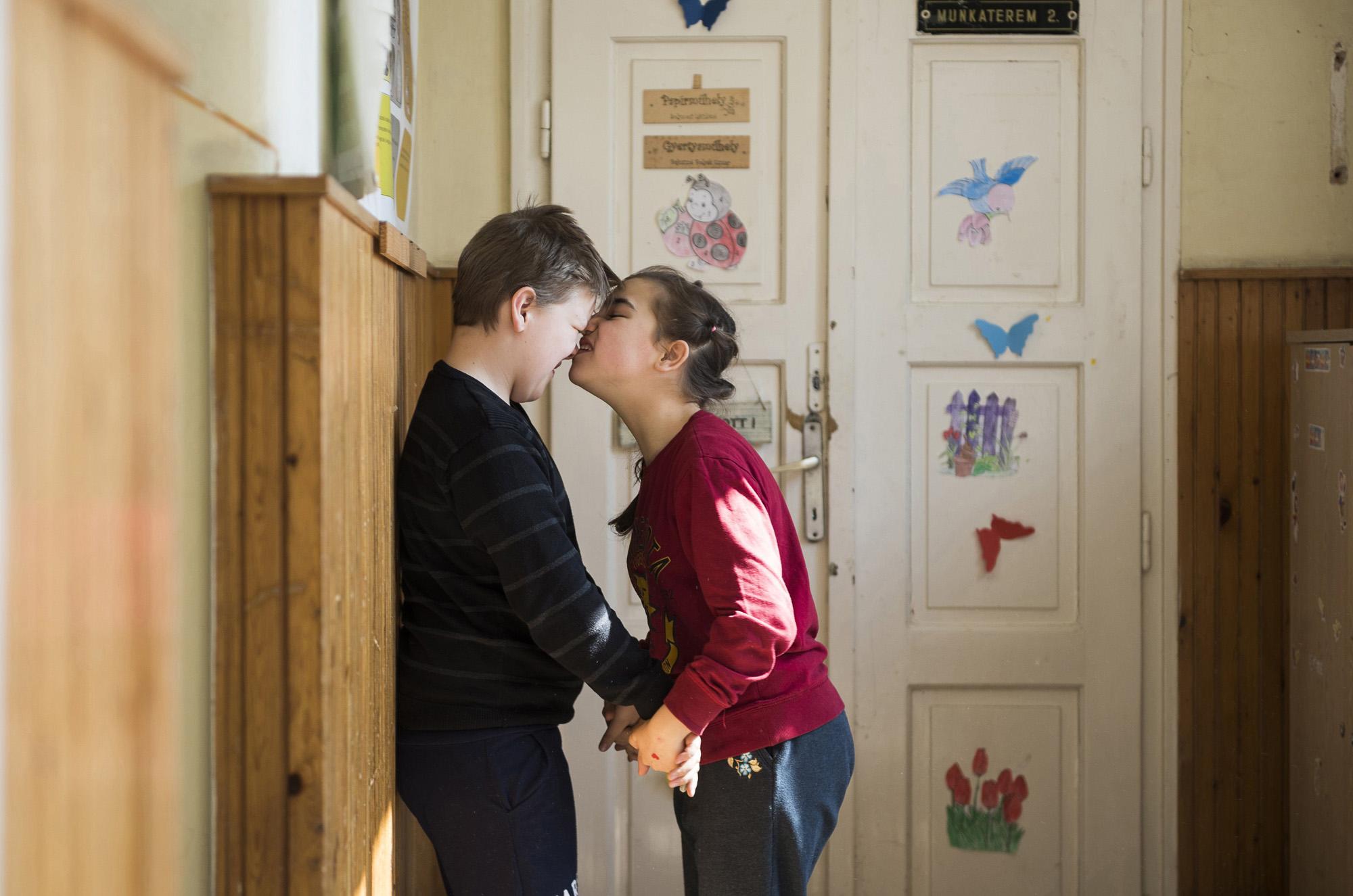 Nyíregyháza, 2017. március 30.Az autizmus spektrumzavarral élő Farkas Laura csoporttársával játszik a Nyíregyházi Bárczi Gusztáv Általános Iskola, Készségfejlesztő Iskola, Kollégium és Egységes Gyógypedagógiai Módszertani Intézmény II. számú speciális autista csoportjában 2017. március 22-én. Az állandó felügyeletet igénylő gyermek nevelésének nehézségei miatt a család felbomlott, a szülők elváltak. A két gyermekét egyedül nevelő Farkas Árpád korábban jól működő vállalkozásaira nem tudott elég időt fordítani, így az egykor jó körülmények között élő család anyagi helyzete megváltozott. A férfi alapító elnöke az autista gyerekek szülői szervezetének, a 2014 tavaszán bejegyzett Most Élsz Egyesületnek, amely folyamatosan keresi a gyógyítás újabb és újabb lehetőségeit.MTI Fotó: Balázs Attila