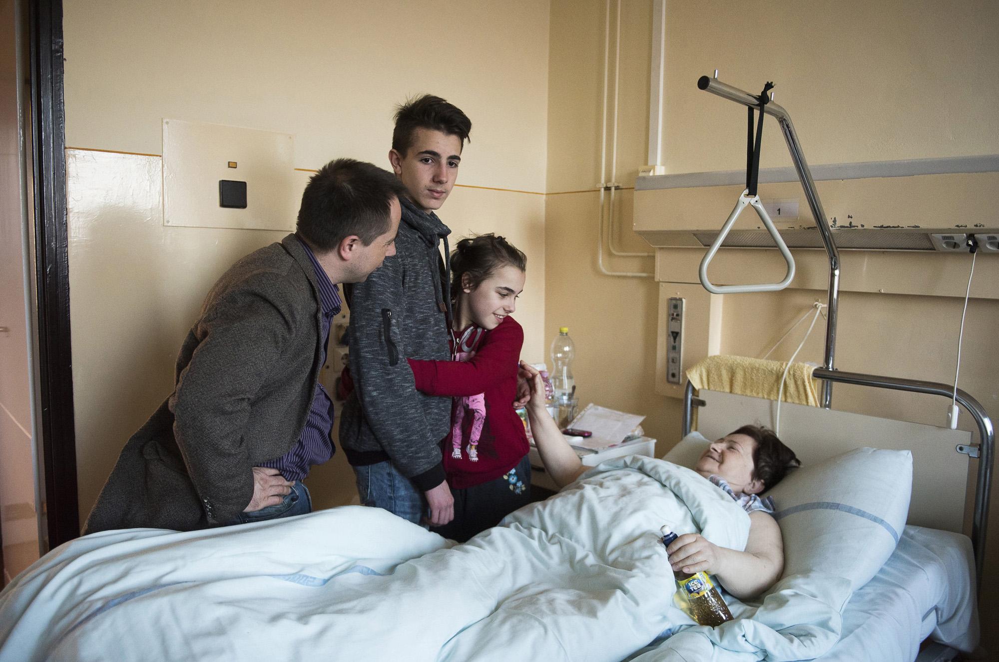 Nyíregyháza, 2017. március 30.Farkas Árpád (b) gyermekei, ifj. Farkas Árpád és az autizmus spektrumzavarral élő Farkas Laura társaságában meglátogatja műtéten átesett édesanyját, id. Farkas Árpádnét a nyíregyházi Jósa András Oktató Kórházban 2017. március 22-én. Az állandó felügyeletet igénylő gyermek nevelésének nehézségei miatt a család felbomlott, a szülők elváltak. A két gyermekét egyedül nevelő Farkas Árpád korábban jól működő vállalkozásaira nem tudott elég időt fordítani, így az egykor jó körülmények között élő család anyagi helyzete megváltozott. A férfi alapító elnöke az autista gyerekek szülői szervezetének, a 2014 tavaszán bejegyzett Most Élsz Egyesületnek, amely folyamatosan keresi a gyógyítás újabb és újabb lehetőségeit.MTI Fotó: Balázs Attila