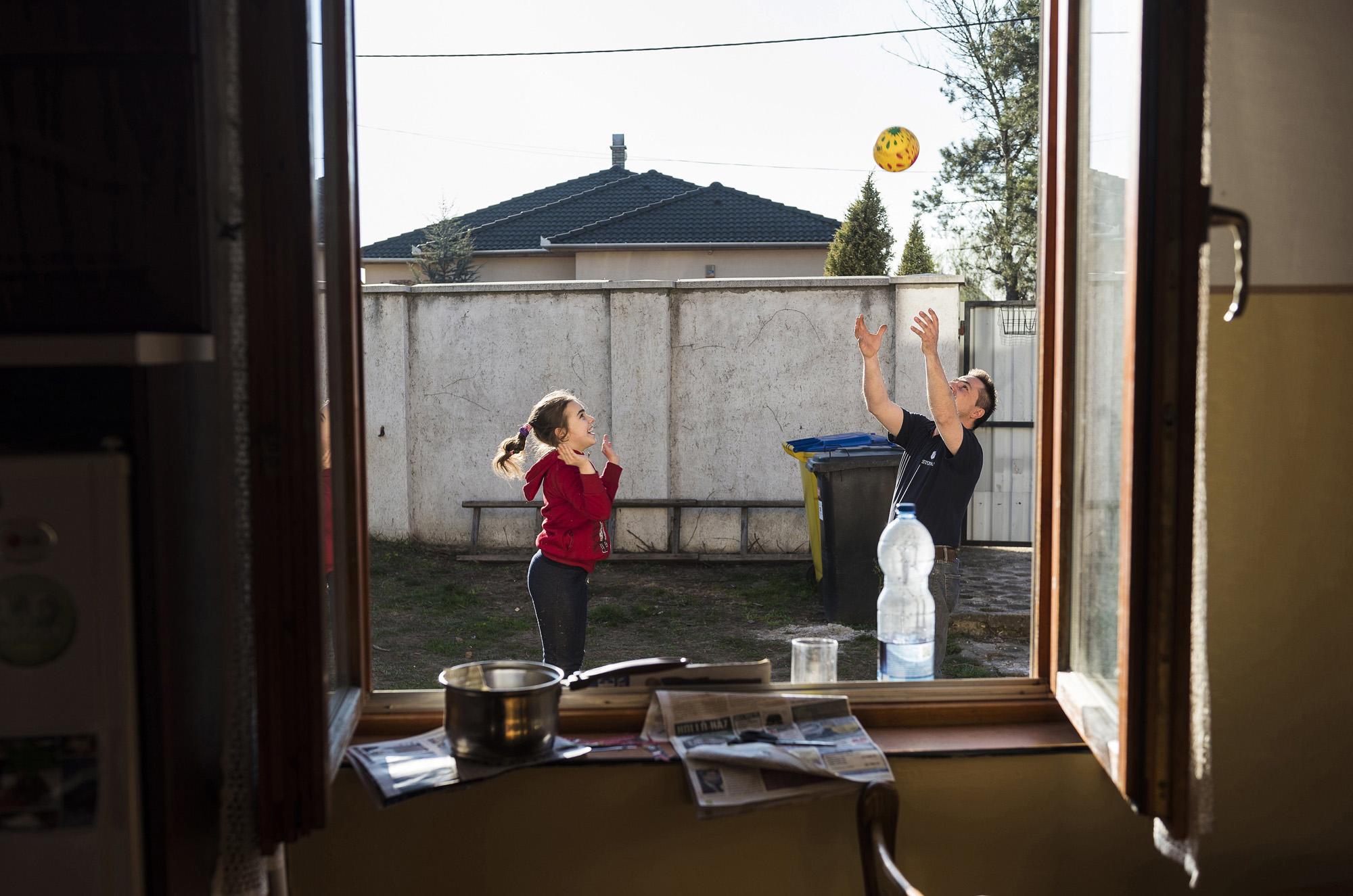 Nyíregyháza, 2017. március 30.Farkas Árpád és autizmus spektrumzavarral élő lánya, Farkas Laura labdázik nyíregyházi otthonuk udvarán 2017. március 28-án. Az állandó felügyeletet igénylő gyermek nevelésének nehézségei miatt a család felbomlott, a szülők elváltak. A két gyermekét egyedül nevelő Farkas Árpád korábban jól működő vállalkozásaira nem tudott elég időt fordítani, így az egykor jó körülmények között élő család anyagi helyzete megváltozott. A férfi alapító elnöke az autista gyerekek szülői szervezetének, a 2014 tavaszán bejegyzett Most Élsz Egyesületnek, amely folyamatosan keresi a gyógyítás újabb és újabb lehetőségeit.MTI Fotó: Balázs Attila