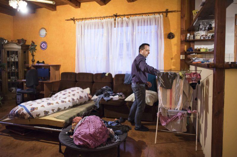 Nyíregyháza, 2017. március 30.Farkas Árpád kiteregeti az éjjel összevizelt, tisztára mosott ruhákat nyíregyházi otthonukban, 2017. március 23-án. Autizmus spektrumzavarral élő lánya, Farkas Laura rohamokkal terhelt napjain többször bevizel, édesapja ilyenkor naponta többször is mindenét kimossa. Az állandó felügyeletet igénylő gyermek nevelésének nehézségei miatt a család felbomlott, a szülők elváltak. A két gyermekét egyedül nevelő Farkas Árpád korábban jól működő vállalkozásaira nem tudott elég időt fordítani, így az egykor jó körülmények között élő család anyagi helyzete megváltozott. A férfi alapító elnöke az autista gyerekek szülői szervezetének, a 2014 tavaszán bejegyzett Most Élsz Egyesületnek, amely folyamatosan keresi a gyógyítás újabb és újabb lehetőségeit.MTI Fotó: Balázs Attila