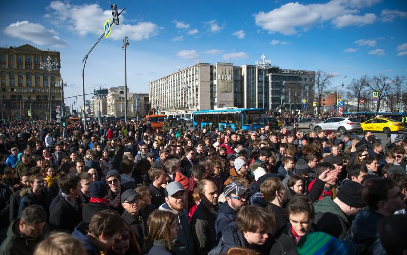 Opposition supporters take part in an unauthorised anti-corruption rally in central Moscow on March 26, 2017. Thousands of Russians protested on March 26 across the country to protest corruption, in rallies called by opposition leader Alexei Navalny. Navalny called the demonstrations after publishing a detailed report this month accusing Prime Minister Dmitry Medvedev of controlling a property empire through a shadowy network of non-profit organisations. / AFP PHOTO / Alexander UTKIN