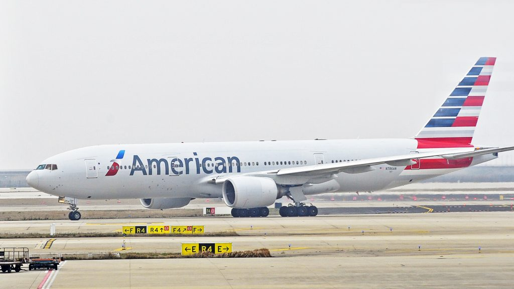 --FILE--A jet plane of American Airlines is seen at the Shanghai Pudong International Airport in Shanghai, China, 15 March 2015.  American Airlines Group Inc. agreed to acquire a minority stake in China Southern Airlines Co. for $200 million, cementing a partnership between the top carriers in the U.S. and Asia. Shares of the Chinese airline rose in Shanghai when they resumed trading. China Southern will issue 270.6 million shares in its Hong Kong-listed company to the world's largest airline at HK$5.74 apiece, the Guangzhou-based carrier said in a stock exchange statement Tuesday. That is a premium of 5.3 percent over the closing price before Bloomberg News reported the talks last week. The two airlines also agreed on code sharing, according to the statement. American Air will hold 2.68 percent of China Southern's total issued shares, Asia's largest carrier by passengers said in the filing.
