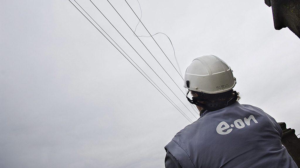 Nyírmihálydi, 2010. február 24.Az E.ON munkatársa lerángatja a hálózatról a lopáshoz szükséges vezetéket egy olyan lakóház előtt, melynek lakói a mérőórát megkerülve, illegális módon, drótok segítségével közvetlenül a hálózatról jutnak elektromos áramhoz Nyírmihálydiban. A településen húsz rendőr közreműködésével az E.ON tizenhat munkatársa felszámolta az áram lopására alkalmas eszközöket és az átalakított mérőberendezéseket. Az akció során 17 büntetőfeljelentést tettek..MTI Fotó: Balázs Attila