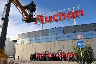 Törökbálint, 2012. szeptember 28.Készül a fotó a dolgozókról az utolsó volt Cora, az Auchan Törökbálint áruház avatásán 2012. szeptember 28-án. Az Auchan csoport idén tavasszal vásárolta fel a magyarországi Cora áruházakat.MTI Fotó: Soós Lajos