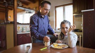 Nyíregyháza, 2017. március 30.Farkas Árpád segít reggelizni autizmus spektrumzavarral élő lányának, Farkas Laurának nyíregyházi otthonukban 2017. március 23-án. Az állandó felügyeletet igénylő gyermek nevelésének nehézségei miatt a család felbomlott, a szülők elváltak. A két gyermekét egyedül nevelő Farkas Árpád korábban jól működő vállalkozásaira nem tudott elég időt fordítani, így az egykor jó körülmények között élő család anyagi helyzete megváltozott. A férfi alapító elnöke az autista gyerekek szülői szervezetének, a 2014 tavaszán bejegyzett Most Élsz Egyesületnek, amely folyamatosan keresi a gyógyítás újabb és újabb lehetőségeit.MTI Fotó: Balázs Attila