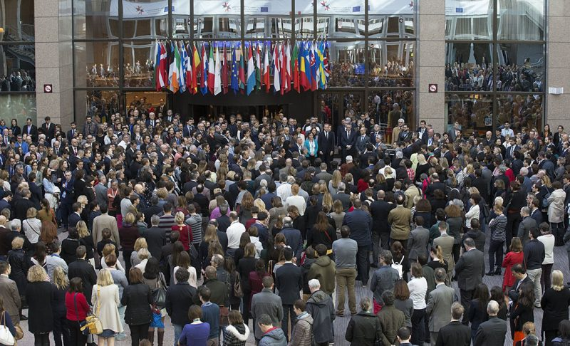 Brüsszel, 2017. március 22.Donald Tusk, az Európai Tanács elnöke (k, jobbról), valamint a tanács dolgozói egypreces néma csenddel emlékeznek a brüsszeli Zaventem nemzetközi repülőtéren egy éve történt támadás áldozatainak emlékére rendezett megemlékezésen a belga fővárosban 2017. március 22-én. Egy évvel korábban kettős robbantás történt a repülőtéren, valamint az európai uniós intézmények közelében lévő brüsszeli Maelbeek metróállomáson egy robbantásos merényletet hajtottak végre az Iszlám Állam dzsihadista szervezet terroristái. A merényletek következtében harminckét ember életét vesztette, háromszáznegyvenen megsebesültek. (MTI/EPA/Olivier Hoslet)