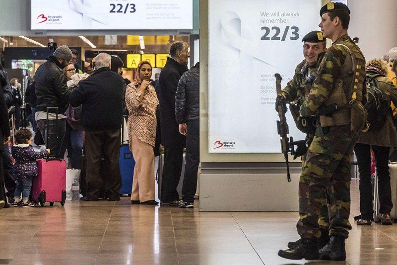 Brüsszel, 2017. március 22.Katonák biztosítják a brüsszeli Zaventem nemzetközi repülőteret 2017. március 22-én. Egy évvel korábban kettős robbantás történt a repülőtéren, valamint az európai uniós intézmények közelében lévő brüsszeli Maelbeek metróállomáson egy robbantásos merényletet hajtottak végre az Iszlám Állam dzsihadista szervezet terroristái. A merényletek következtében harminckét ember életét vesztette, háromszáznegyvenen megsebesültek. (MTI/AP/Geert Vanden Wijngaert)