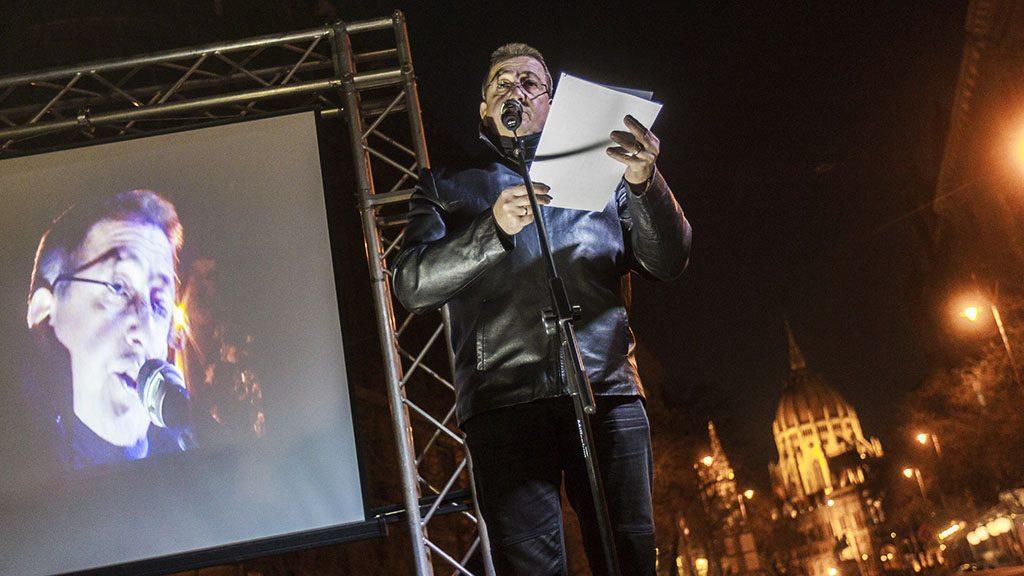 Budapest, 2017. január 20.Bayer Zsolt újságíró beszél Donald Trump, az Amerikai Egyesült Államok 45. elnökének beiktatása alkalmából rendezett Jobb világrend beiktatási party című rendezvényen a Szabadság téren 2017. január 20-án.MTI Fotó: Szigetváry Zsolt