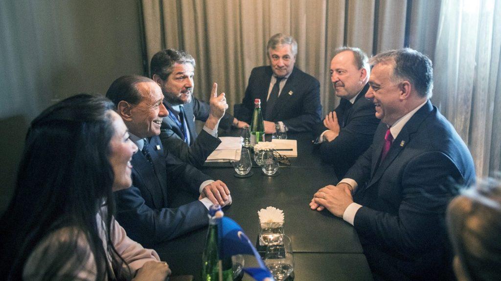 Valletta, 2017. március 30. A Miniszterelnöki Sajtóiroda által közreadott képen Orbán Viktor miniszterelnök (j), Németh Zsolt, az Országgyûlés külügyi bizottságának fideszes elnöke (j2), Silvio Berlusconi volt olasz miniszterelnök, az ellenzéki jobbközép Forza Italia (Hajrá Olaszország) párt vezetõje (b2), Antonio Tajani, az Európai Parlament (EP) elnöke (k) megbeszélést folytat az Európai Néppárt máltai kongresszusának keretében Vallettában 2017. március 30-án. MTI Fotó: Miniszterelnöki Sajtóiroda / Szecsõdi Balázs
