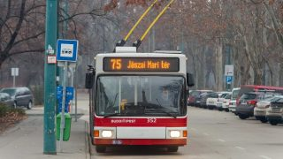Budapest, 2015. december 28. MAN típusú trolibusz halad a 75-ös jelzésû trolibusz vonalán a Városligetben, az Olof Palme sétányon, a Jászai Mari tér irányába. MTVA/Bizományosi: Faludi Imre  *************************** Kedves Felhasználó! Ez a fotó nem a Duna Médiaszolgáltató Zrt./MTI által készített és kiadott fényképfelvétel, így harmadik személy által támasztott bárminemû – különösen szerzõi jogi, szomszédos jogi és személyiségi jogi – igényért a fotó készítõje közvetlenül maga áll helyt, az MTVA felelõssége e körben kizárt.