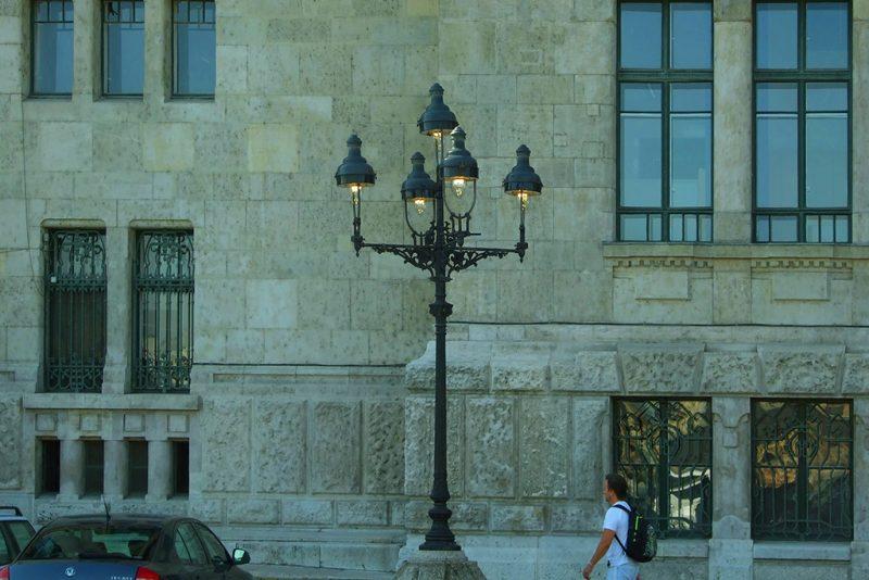 Budapest, 2011. október 18.Közvilágításként szolgáló régi gázlámpa működő másolata a Budapesti Műszaki és Gazdaságtudományi Egyetem főépülete előtt, a Műegyetem rakparton.MTI/Bizományosi: Jászai Csaba ***************************Kedves Felhasználó!Az Ön által most kiválasztott fénykép nem képezi az MTI fotókiadásának és archívumának szerves részét. A kép tartalmáért és a szövegért a fotó készítője vállalja a felelősséget.